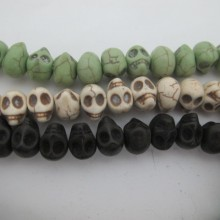 pierre synthétique tête de mort/crâne 13x10mm --fil de 40 centimetres