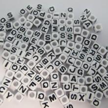 500gm cube en plastique  7mm 26 lettres mix